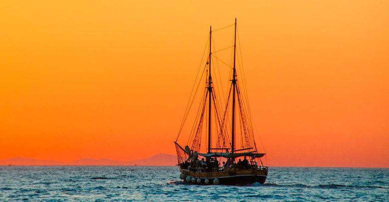 """Photo of """"Ett skepp i hamn är tryggt, men det är inte det som ett skepp är byggt för."""" – John Shedd"""